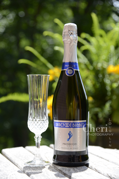 "Prosecco is best served chilled. Barefoot Bubbly® Prosecco ""offers vibrant aromas and flavors of pear, apple and peach with zesty lemon finish."" – Barefoot Wine & Bubbly tasting notes. Varietal: Glera grapes grown in the Prosecco region in Northeast Italy. Alcohol Level: 11% Suggested Retail: $10"